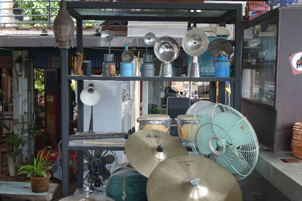 Khaotha Pai Schlagzeug hinter dem Tresen