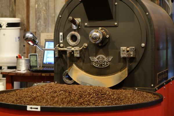 Frisch geroesteter Kaffee in der Roestmachine bei Yahava Coffee Australien