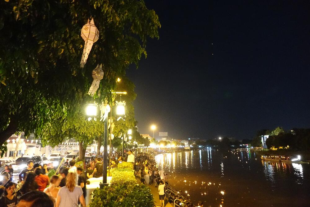 Der Ping Fluss in Chiang Mai zu den Loy Krathong Festivitaeten