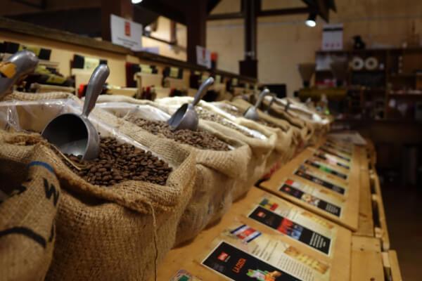 Specialty Coffee Auswahl bei Yahava Australien: Saecke mit Kaffeebohnen