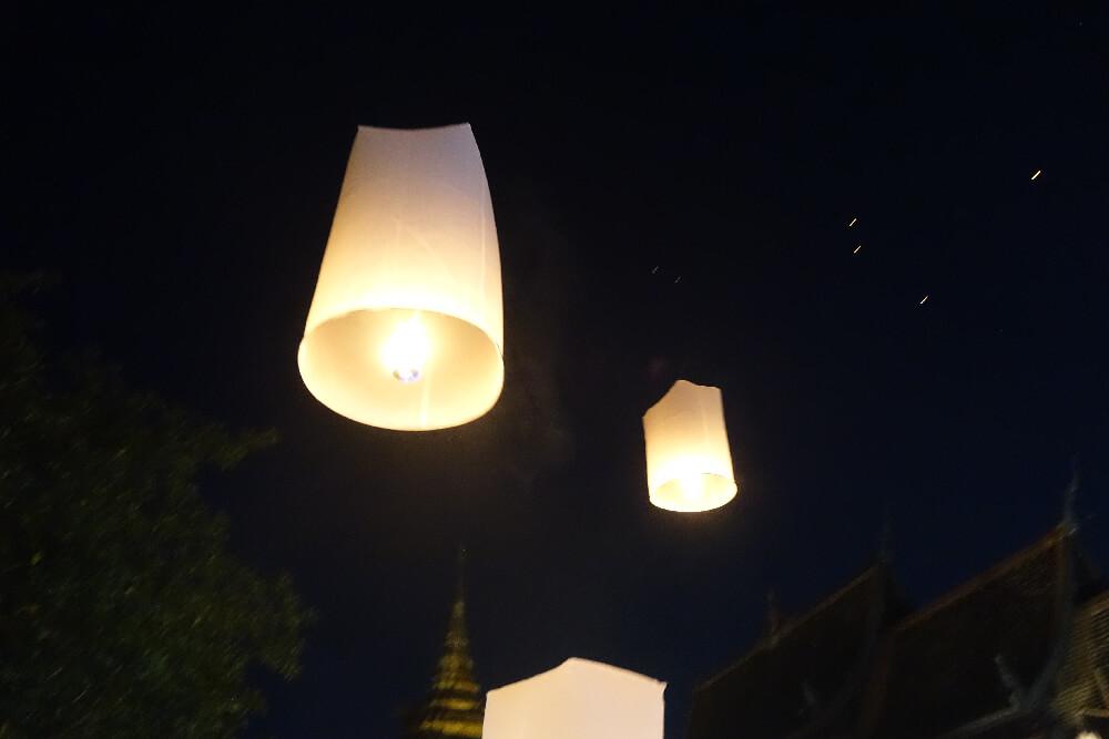 Laternen steigen in den Himmel auf