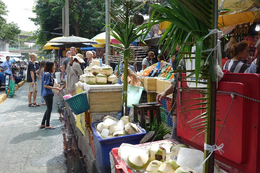 Stand mit frischen Kokosnuessen