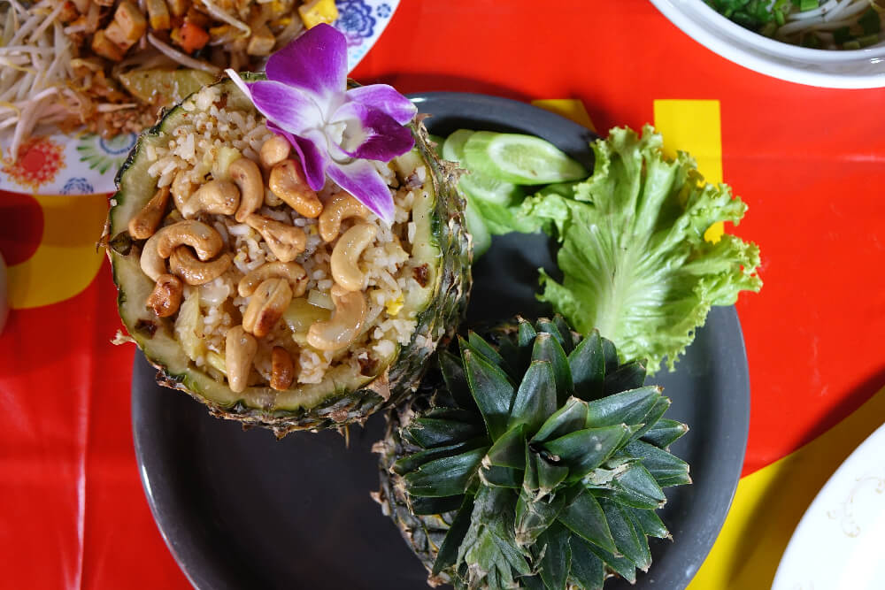 Pineapple Fried Rice serviert in Bangkok