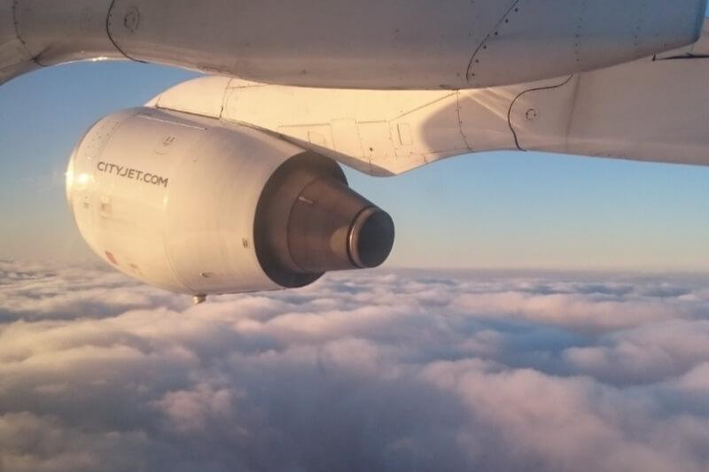 Flugzeug ueber den Wolken