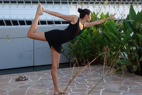 Yoga Uebung von Jamila Khan in Singapur