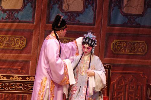 2 Darsteller einer Kantonesischen Oper auf der Buehne