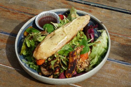 Gruener gemischter Salat fuer eine gesunde Ernaehrung