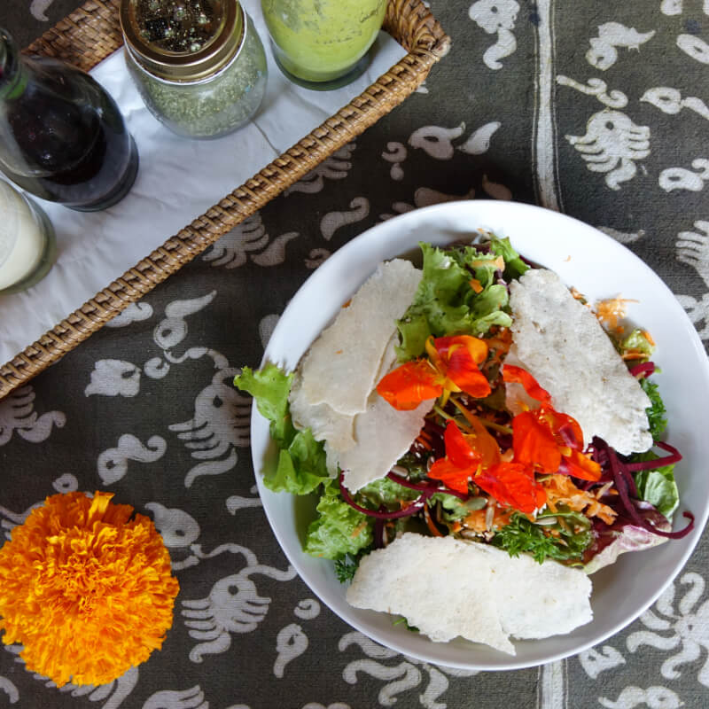 Superfood Salat mit Blueten