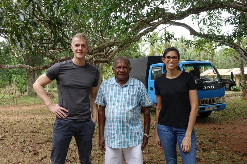 Henning und Jamila von KOPFSACHE mit einem Bio-Kokosbauern auf der Plantage