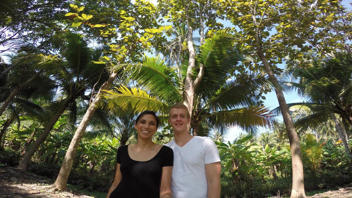 Jamila und Henning von KOPFSACHE gucken ganz genau hin: hier auf einer Kokosplantage in Thailand