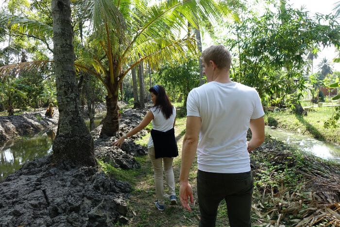 Besichtigung einer Bio Kokosplantage, hier: biologische Duengemittel