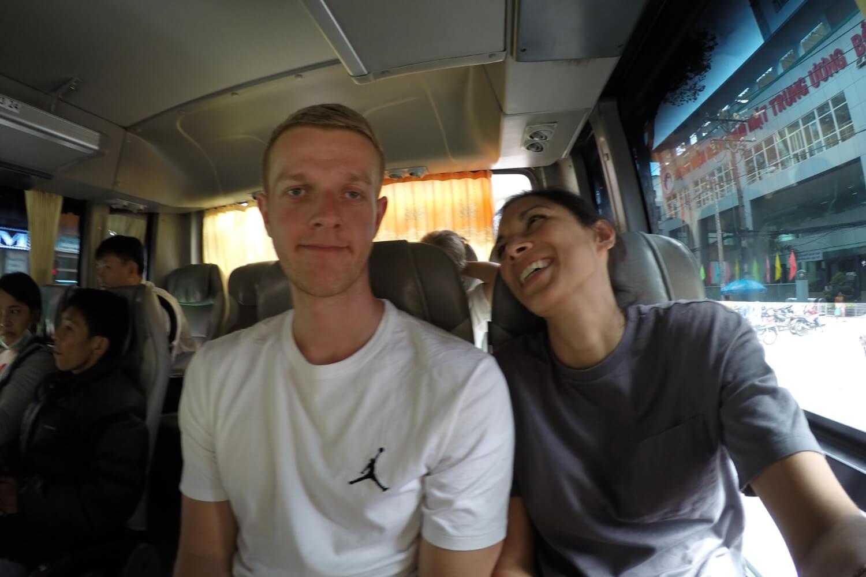 Henning und Jamila im engen Landbus in Vietnam