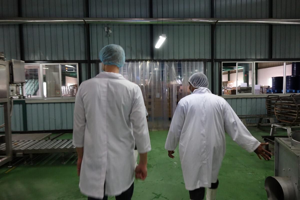 Henning und Produktionsleiter einer Kokosoelfabrik