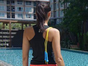 Jamila mit Springseil Blick über die Schulter