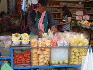 Streetfood Verkaeufer in Bangkok mit seinem Obststand
