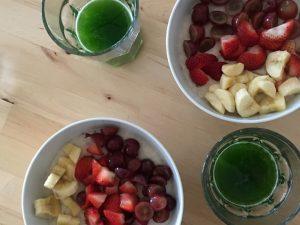 Oatmeal / Haferbrei mit frischen Fruechten und Weizengras Shots - fuer mehr Energie