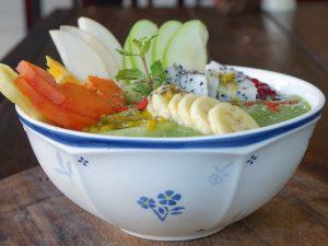 Smoothie-Bowl mit gemischtem Obst fuer mehr Power