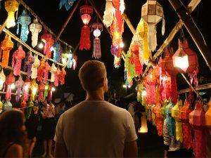 Henning betrachtet die bunten Laternen am Wat Lok Mo Li